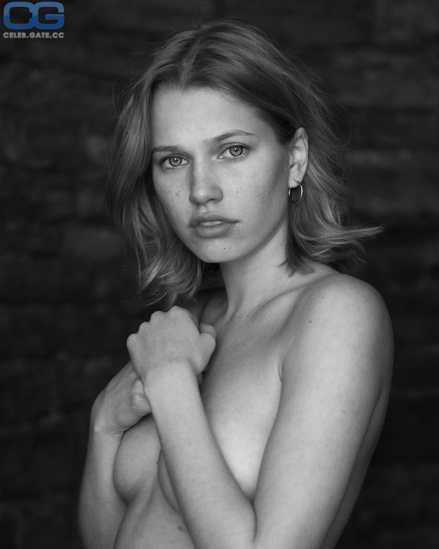 Thea Sofie Loch Næss Naked foto 2